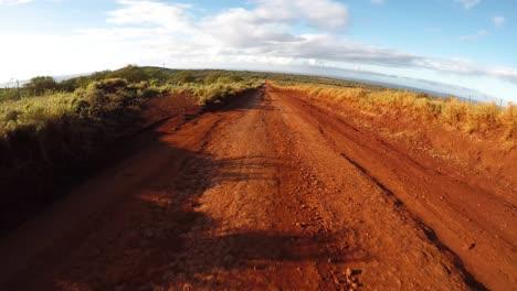 Pov-Desde-La-Parte-Delantera-De-Un-Vehículo-Que-Viaja-Por-Un-Camino-De-Tierra-Lleno-De-Baches-En-Molokai-Hawaii-Desde-Maunaloa-Hasta-Hale-O-Lono