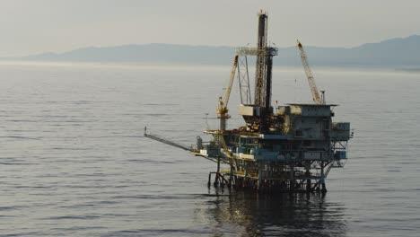 Eine-Schöne-Luftaufnahme-über-ölderricks-Und-Plattformen-Im-Santa-Barbara-Channel-Kalifornien