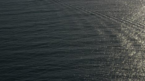 Eine-Schöne-Luftaufnahme-über-Einem-Boot-Das-Zu-ölbohrtürmen-Und-Plattformen-Im-Santa-Barbara-Channel-Kalifornien-Fährt
