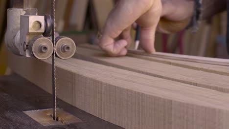 Ein-Holzarbeiter-Arbeitet-In-Seinem-Atelier