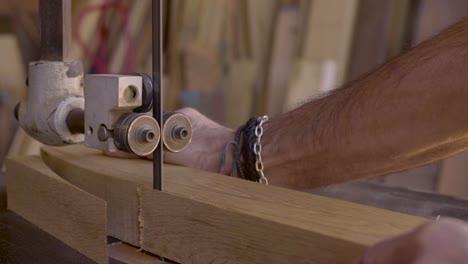 Ein-Holzarbeiter-Arbeitet-In-Seinem-Atelier-1