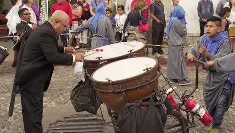 Una-Banda-Improvisada-Marcha-Y-Toca-En-Las-Calles-De-La-Antigua-Guatemala-Durante-Las-Celebraciones-De-Pascua