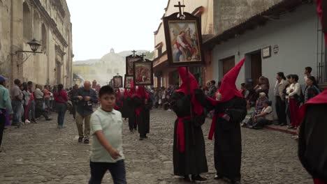 Lila-Gekleidete-Priester-Tragen-Religiöse-Plakate-In-Einer-Bunten-Christlichen-Osterfeier-In-Antigua-Guatemala-