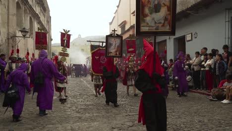 Priester-Tragen-Religiöse-Plakate-In-Einer-Bunten-Christlichen-Osterfeier-In-Antigua-Guatemala