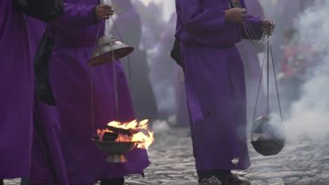 Sacerdotes-Vestidos-De-Púrpura-Llevan-Quemadores-De-Incienso-En-Una-Colorida-Celebración-De-Pascua-Cristiana-En-La-Antigua-Guatemala