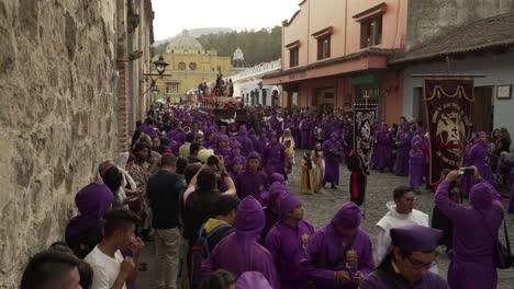 Priester-In-Roben-Tragen-Räuchergefäße-In-Einer-Farbenfrohen-Christlichen-Osterfeier-In-Antigua-Guatemala-3