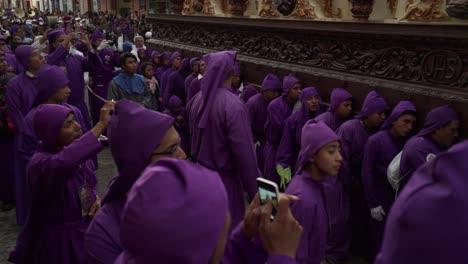 Priester-In-Roben-Tragen-Riesige-Särge-In-Einer-Farbenfrohen-Christlichen-Osterfeier-In-Antigua-Guatemala