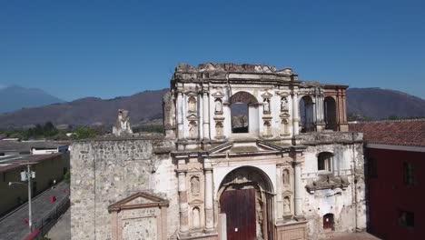 Una-Antena-Ascendente-Del-Colegio-De-San-Lucas-De-La-Iglesia-Sociedad-De-Jesús-En-Antigua-Guatemala-Destruida-Por-Terremotos