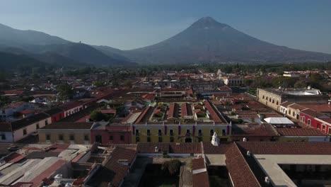 Schöne-Luftaufnahme-über-Der-Kolonialen-Mittelamerikanischen-Stadt-Antigua-Guatemala