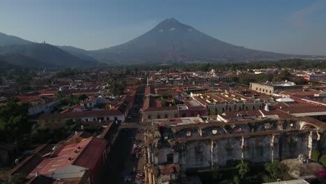 Schöne-Luftaufnahme-über-Der-Kolonialen-Mittelamerikanischen-Stadt-Antigua-Guatemala-1