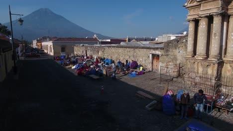 Schöne-Aufsteigende-Luftaufnahme-über-Der-Kolonialen-Mittelamerikanischen-Stadt-Antigua-Guatemala