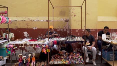 Vendedor-De-Souvenirs-Vendiendo-Pequeñas-Baratijas-En-La-Calle-En-La-Ciudad-De-Guanajuato-México