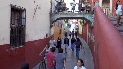 Establishing-shot-of-the-streets-of-Guanajuato-Mexico-with-pedestrians-and-tourists