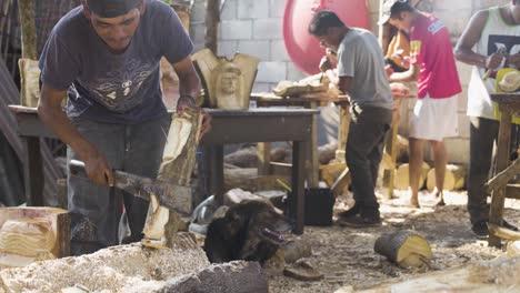 Talladores-De-Madera-En-La-Antigua-Guatemala-Tallar-Efigies-De-Madera-De-Recuerdo-De-Jesucristo-Durante-La-Semana-Santa-Semana-Santa-5