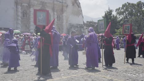 Sacerdotes-Cristianos-Católicos-Vestidos-De-Púrpura-Cucaruchos-Realizar-En-La-Semana-Santa-Las-Vacaciones-De-Semana-Santa-En-La-Antigua-Guatemala-1