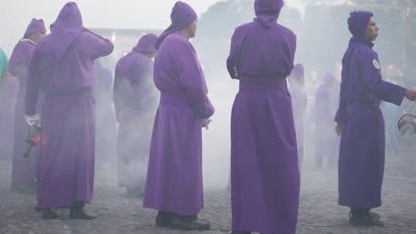 Sacerdotes-Cristianos-Católicos-Vestidos-De-Púrpura-Marchan-En-La-Semana-Santa-Las-Vacaciones-De-Semana-Santa-En-La-Antigua-Guatemala-4