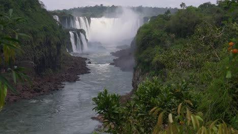 View-up-the-Iguazu-River-to-the-Devils-Throat-4