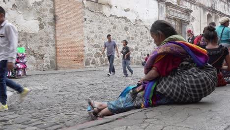 Eine-ältere-Maya-Frau-Vertreibt-Sich-Die-Zeit-Auf-Der-Straße-In-Antigua-Guatemala