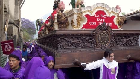 Cucharuchos-Kämpfen-Zu-Ostern-In-Antigua-Guatemala-Um-Einen-Riesigen-Wagen-Zu-Tragen