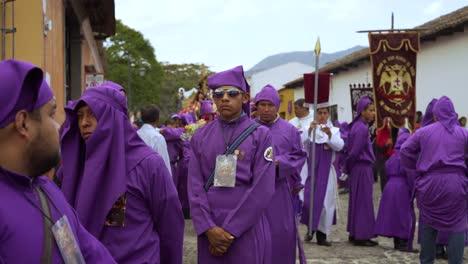 Cucharuchos-In-Lila-Gewändern-Feiern-Ostern-In-Den-Straßen-Von-Antigua-Guatemala