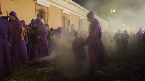 Efecto-De-Velocidad-De-Obturación-Lenta-De-La-Celebración-De-Pascua-Después-Del-Anochecer-En-Antigua-Guatemala-1