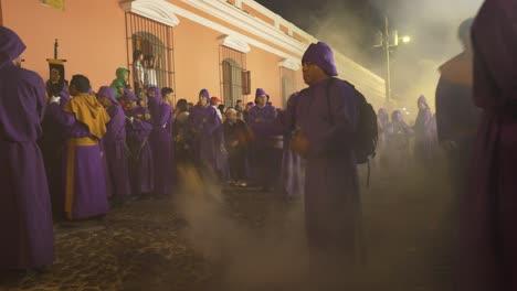 Efecto-De-Velocidad-De-Obturación-Lenta-De-La-Celebración-De-Pascua-Después-Del-Anochecer-En-Antigua-Guatemala-2