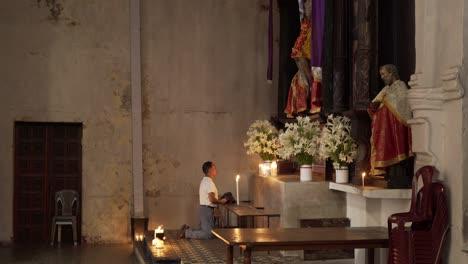 Un-Hombre-Adora-En-Un-Altar-En-La-Iglesia-De-Santiago-Atitlán-Donde-Stanley-Rother-Fue-Asesinado-1