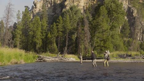 Tres-Pescadores-Con-Mosca-Casting-En-Un-Tranquilo-Arroyo-De-Truchas-En-El-Centro-De-Montana