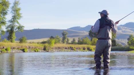 Un-Pescador-Con-Mosca-En-Una-Hermosa-Mañana-De-Verano-Arroja-Truchas-En-Un-Río-Montana-2