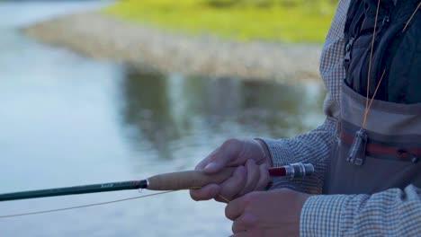 Primer-Plano-De-Un-Pescador-Con-Mosca-Con-Excelente-Técnica-Trabajando-Su-Caña-Y-Carrete