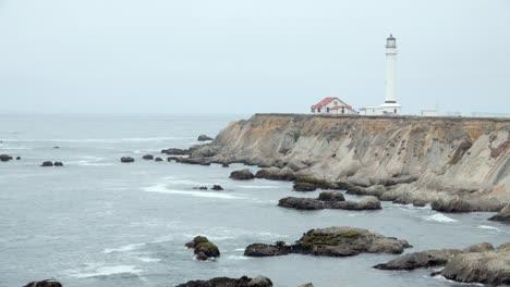 El-Histórico-Faro-De-Point-Arena-Con-Vistas-A-La-Costa-Y-Los-Acantilados-Del-Océano-Pacífico-En-El-Condado-De-Mendicino-CA