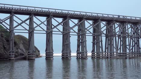 Un-Histórico-Tren-De-Madera-Tressel-Se-Extiende-Por-La-Playa-Donde-Pudding-Creek-Entra-En-El-Océano-Pacífico-En-Fort-Bragg-California-1