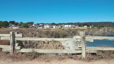 Hermoso-Dolly-Shot-Marcos-De-Valla-De-Madera-Un-Cielo-Azul-Día-Vista-De-Una-Pequeña-Playa-Y-Edificios-Históricos-Mendicino-Ca-1