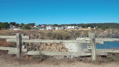 Hermoso-Dolly-Shot-Marcos-De-Valla-De-Madera-Un-Día-De-Cielo-Azul-Vista-De-Una-Pequeña-Playa-Y-Edificios-Históricos-Mendicino-Ca-2