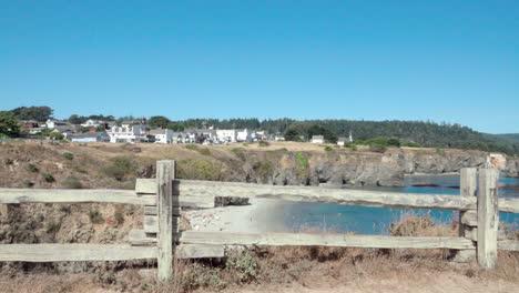 Hermoso-Dolly-Shot-Marcos-De-Valla-De-Madera-Un-Cielo-Azul-Día-Vista-De-Una-Pequeña-Playa-Y-Edificios-Históricos-Mendicino-Ca-6