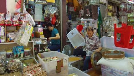Hombres-Chinos-Trabajan-En-Una-Tienda-De-Mascotas-En-Hong-Kong
