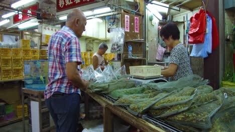 Los-Saltamontes-Se-Venden-En-Grandes-Cestas-Para-Alimentar-A-Las-Aves-En-Una-Tienda-De-Mascotas-En-Hong-Kong-China-