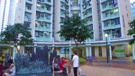 Incline-Hacia-Arriba-Desde-El-Patio-De-Un-Edificio-De-Apartamentos-Chino-De-Gran-Altura-Para-Revelar-Alturas