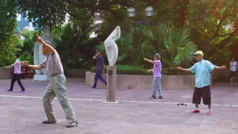 Los-Ancianos-Chinos-Practican-Tai-Chi-En-Un-Parque-Temprano-En-La-Mañana-En-Hong-Kong-China-4