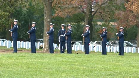 Un-Funeral-Militar-Patriótico-En-El-Cementerio-De-Arlington-Washington-DC-Incluye-Un-Saludo-De-21-Armas-