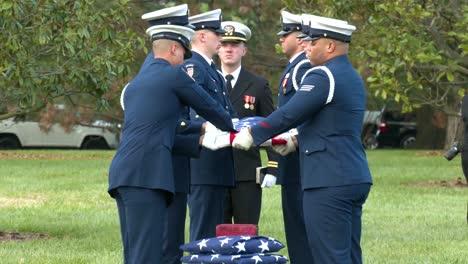 Ein-Patriotisches-Militärbegräbnis-Auf-Dem-Friedhof-Von-Arlington-Washington-DC-Beinhaltet-Das-Spielen-Von-Taps-2