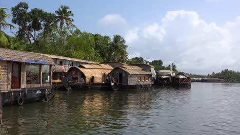 Los-Turistas-Casas-Flotantes-Bordean-Un-Río-En-Kerala-India