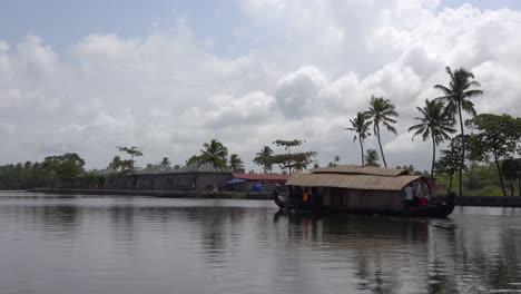 Una-Casa-Flotante-Turística-Viaja-Río-Arriba-En-Kerala-India