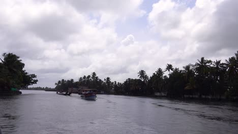 Houseboats-and-activities-along-the-río-in-the-backwaters-of-Kerala-India-3