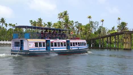 Casas-Flotantes-Y-Actividades-A-Lo-Largo-Del-Río-En-Los-Remansos-De-Kerala-India-5