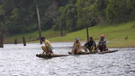 Los-Hombres-Remar-En-Canoa-Por-El-Lago-Periyar-En-Kerala-India