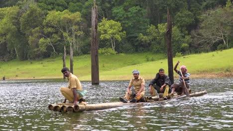 Los-Hombres-Remar-En-Canoa-Por-El-Lago-Periyar-En-Kerala-India-1