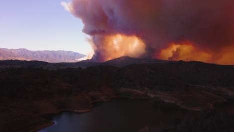 Notable-Antena-Sobre-El-Enorme-Fuego-De-Thomas-Que-Arde-En-Las-Colinas-Del-Condado-De-Ventura-2