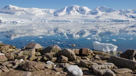 Wunderschöner-Zeitraffer-Von-Eisbergen-Und-Meereis-Die-Sich-Im-Hafen-Von-Neko-In-Der-Antarktis-Bewegen