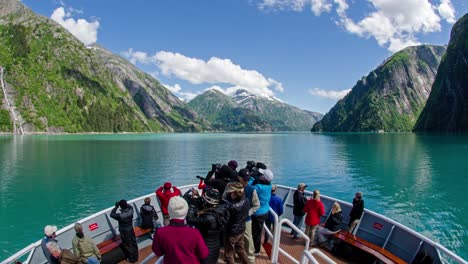 Un-Lapso-De-Tiempo-Pov-Shot-De-Un-Barco-Icebergs-Proa-Y-Turistas-Que-Pasan-Por-El-Brazo-Tracy-Alaska